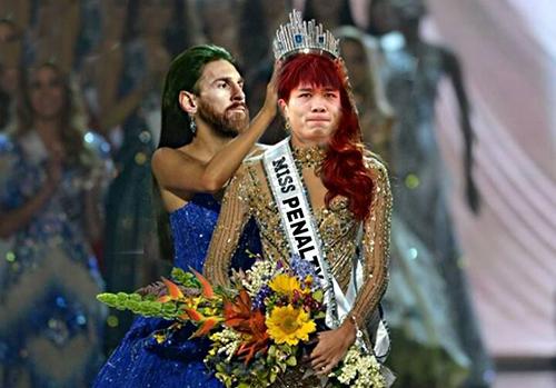 Vì thế, người hâm mộ đã chế ảnh Messi trao vương miện Miss Penalty cho Công Phượng.