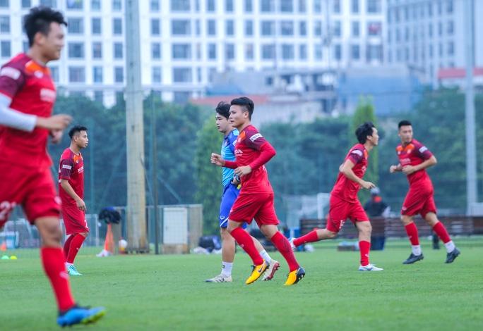 Cận cảnh buổi tập nghiêm túc song thoải mái của đội tuyển bóng đá Việt Nam - Ảnh 4.