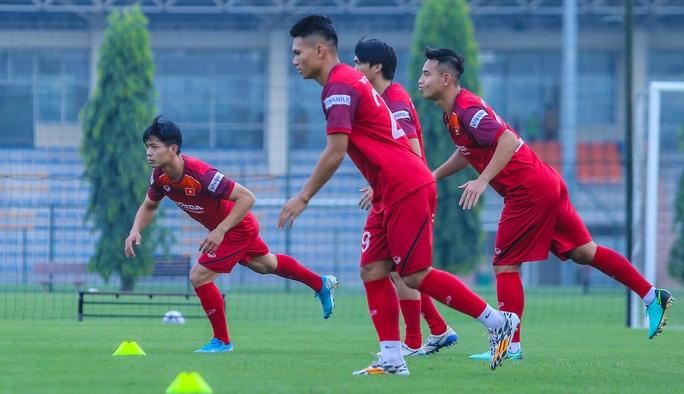 Cận cảnh buổi tập nghiêm túc song thoải mái của đội tuyển bóng đá Việt Nam - Ảnh 2.