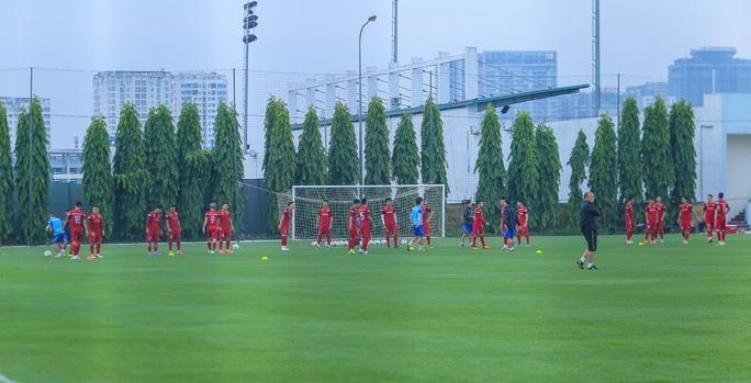 Cận cảnh buổi tập nghiêm túc song thoải mái của đội tuyển bóng đá Việt Nam - Ảnh 5.
