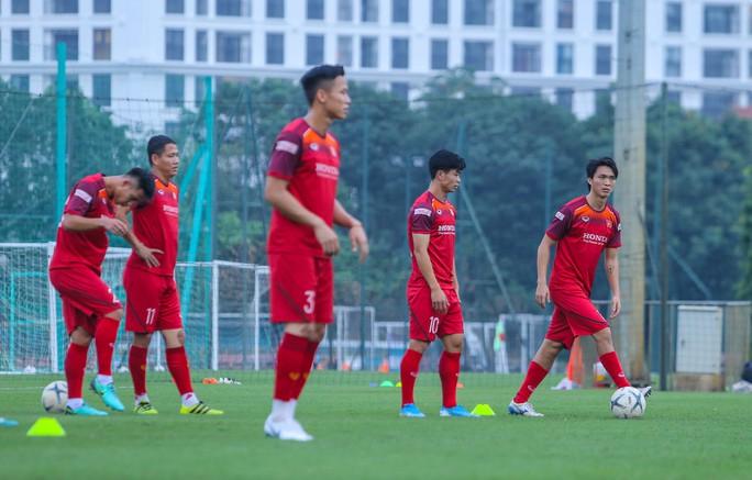 Cận cảnh buổi tập nghiêm túc song thoải mái của đội tuyển bóng đá Việt Nam - Ảnh 8.