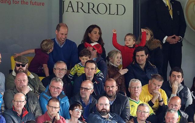 Hoàng tử bé George phấn khích đi xem bóng đá cùng bố mẹ - Ảnh 1.