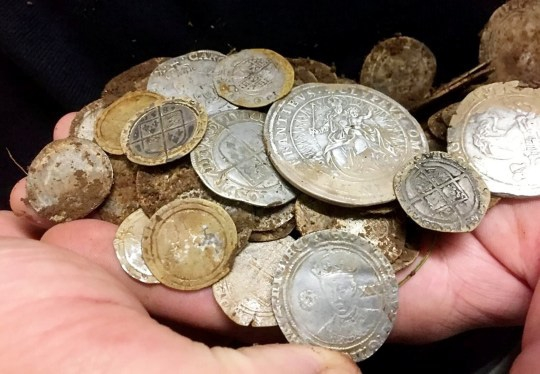 Đi tìm nhẫn cho vợ, đôi bạn thân bỗng vớ được hũ vàng trị giá 3 tỷ đồng - Ảnh 2.