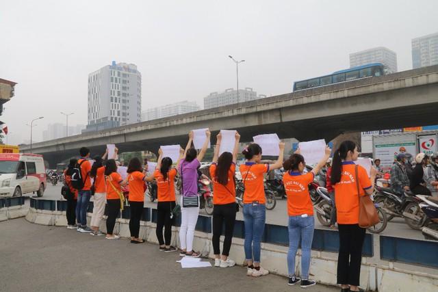 """Hà Nội: Hàng trăm sinh viên truyền thông điệp """"nói không"""" với túi nilon - Ảnh 3."""