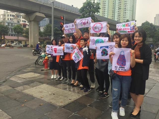 """Hà Nội: Hàng trăm sinh viên truyền thông điệp """"nói không"""" với túi nilon - Ảnh 4."""