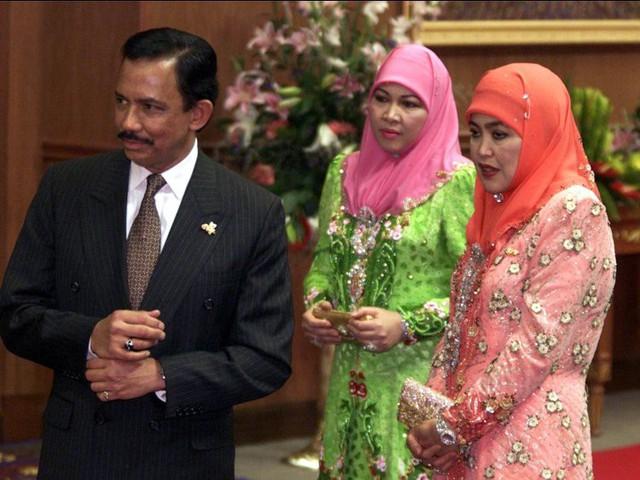 """Quốc vương Brunei giàu có và """"chịu chơi"""" cỡ nào? - Ảnh 2."""