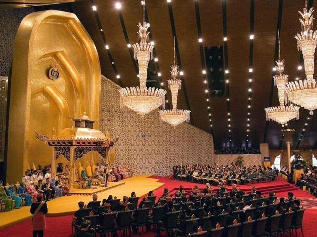 """Quốc vương Brunei giàu có và """"chịu chơi"""" cỡ nào? - Ảnh 11."""
