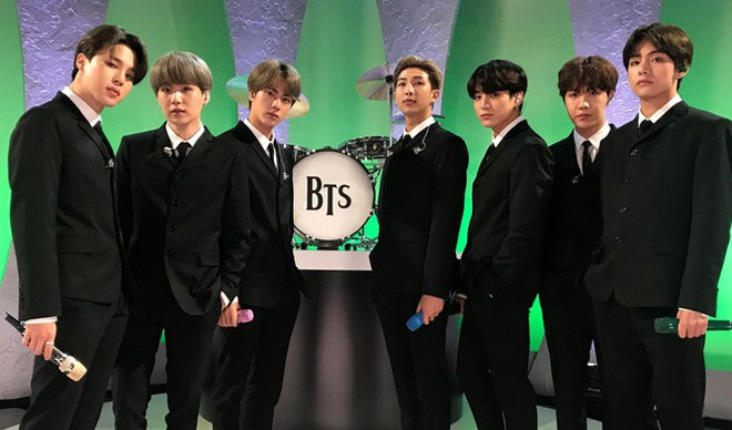 Hóa thân The Beatles trên talkshow nổi tiếng nước Mỹ, BTS còn là boygroup đầu tiên làm được điều này sau... 55 năm! - Ảnh 1.