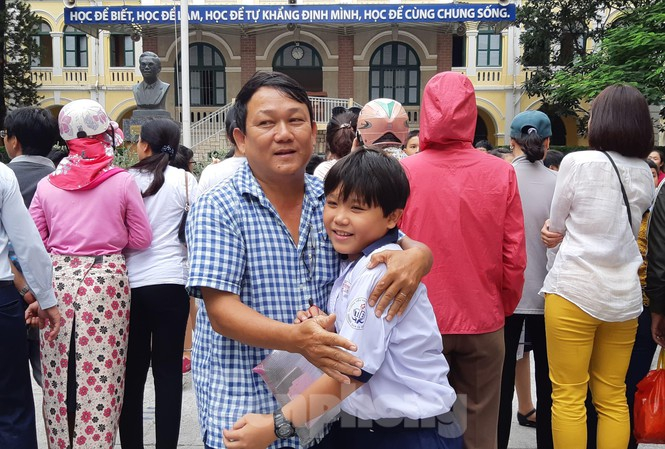Bố ôm động viên con trai sau 90 phút làm bài khảo sát bằng Tiếng Anh vào lớp 6 Trường THPT Chuyên Trần Đại Nghĩa