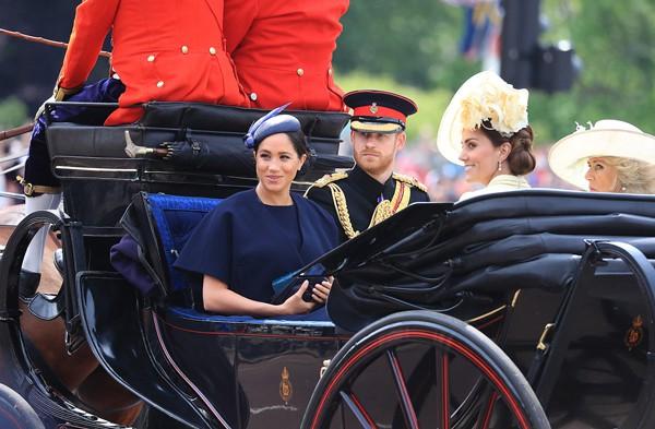 Hoàng tử Harry lạnh lùng thiếu sức sống và có phần cáu kỉnh khi ngôi bên vợ.