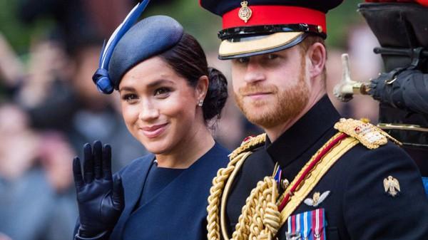 Đây là thái độ được công chúng coi là bất thường vì Hoàng tử Harry vốn là người thân thiện, vui vẻ.