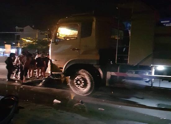 Xe máy đấu đầu xe tải, hai thanh niên tử vong tại chỗ - Ảnh 1