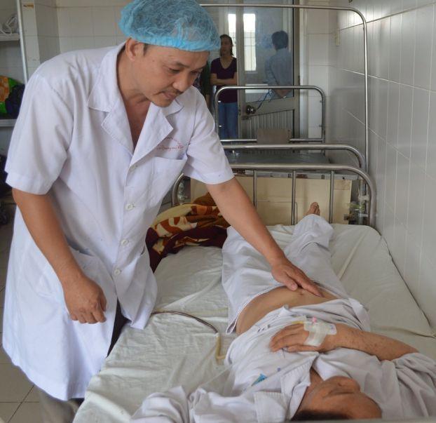 Bệnh nhân được nhân viên y tế chăm sóc sau phẫu thuật