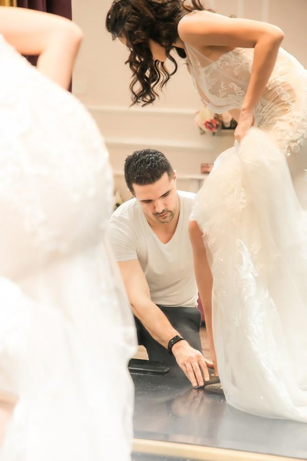 Chồng Tây của người đẹp có tính cách dịu dàng, luôn chăm sóc chu đáo cho vợ. Anh không ngần ngại giúp cô đi giày và chỉnh lại váy cưới.