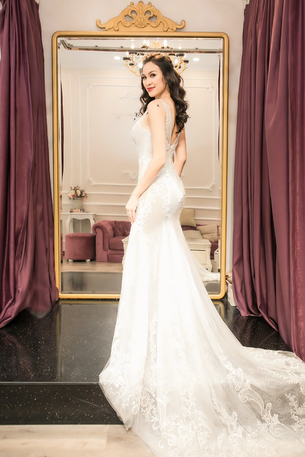 Trong tiệc cưới ngày 15/6, Phương Mai sẽ diện 3 trang phục gồm jumpsuit để đón khách , soiree đuôi cá khi làm lễ chính thức và váy dáng chữ A trong màn khiêu vũ.
