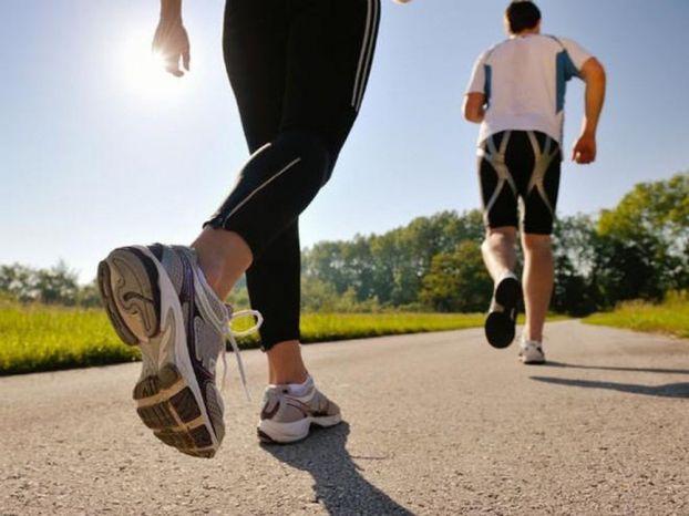 Thường xuyên chạy chậm, đi bộ cũng giúp tăng cường sức khỏe, kiểm soát huyết áp. Ảnh minh họa