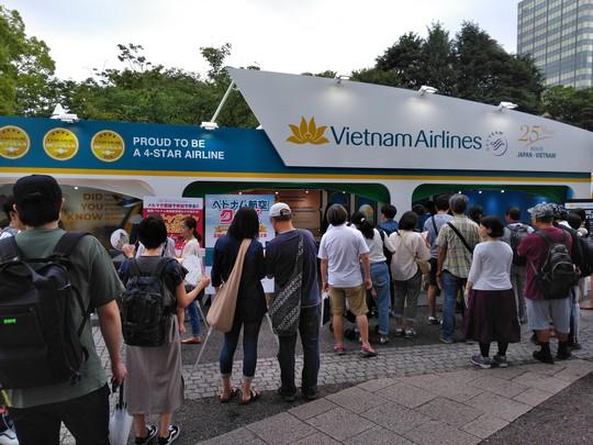 Khách Nhật xếp hàng dài tìm hiểu về sản phẩm du lịch Việt Nam - Ảnh 2.
