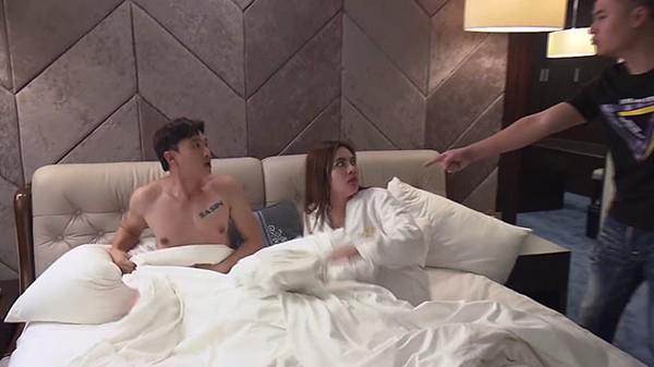 Phân cảnh Vũ bị quay clip tống tiền khi lên giường với gái lạ.