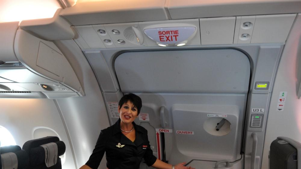 Tiêu điểm - Hành khách 'vui tính' mở cửa thoát hiểm khẩn cấp để đi vệ sinh (Hình 2).