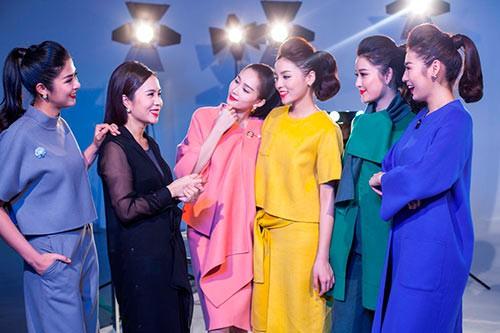 Doanh nhân Lưu Nga (đầm đen) bên các gương mặt đại diện thương hiệu là Á hậu, Hoa hậu Việt Nam