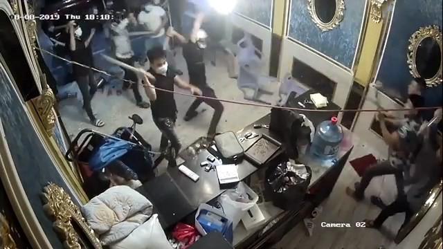 Hỗn chiến kinh hoàng, hàng chục côn đồ đập nát nhà hàng ở trung tâm Sài Gòn - ảnh 1