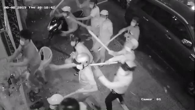 Hỗn chiến kinh hoàng, hàng chục côn đồ đập nát nhà hàng ở trung tâm Sài Gòn - ảnh 2