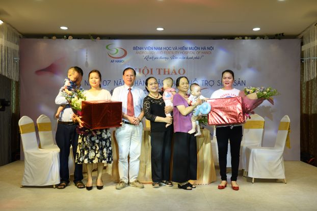 Hai vợ chồng chị Nhung và con trai trong buổi hội thảo của BV Nam học và Hiếm muộn Hà Nội.