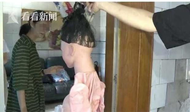 Phát hiện đầu người với mái tóc dài lộ ra trong tủ quần áo, cô gái hoảng hồn báo cảnh sát nhưng chủ nhà lại gây bất ngờ khi có thái độ dửng dưng - Ảnh 2.