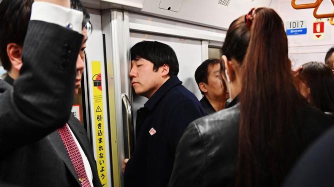 Vì sao người trẻ Nhật Bản quen ngủ vạ vật nơi công cộng? - ảnh 1