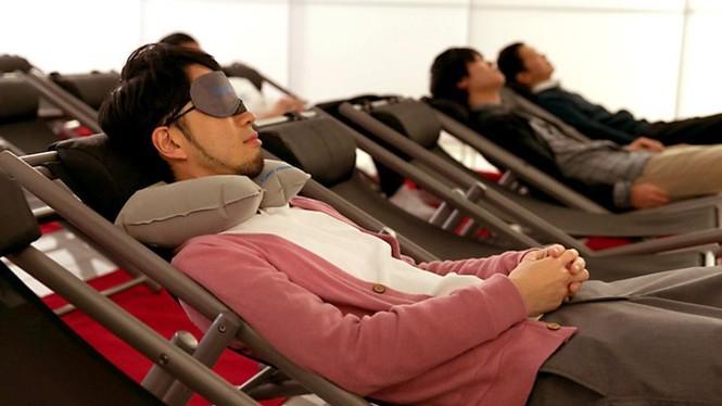 Vì sao người trẻ Nhật Bản quen ngủ vạ vật nơi công cộng? - ảnh 2