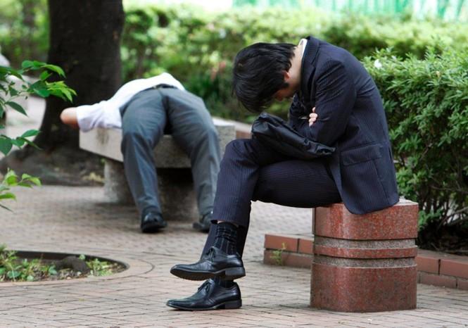 Vì sao người trẻ Nhật Bản quen ngủ vạ vật nơi công cộng? - ảnh 4