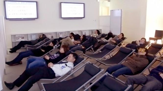 Vì sao người trẻ Nhật Bản quen ngủ vạ vật nơi công cộng? - ảnh 3