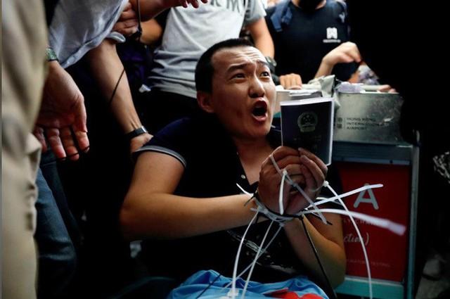 Phóng viên bị trói, đánh đập ở sân bay Hong Kong vì nhầm là cảnh sát chìm - Ảnh 1.