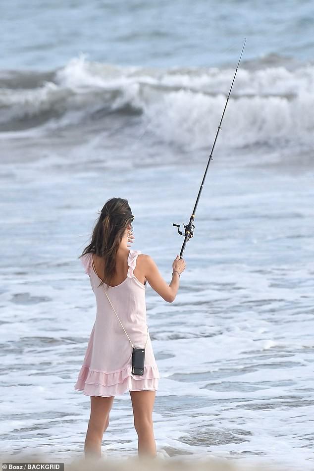 Alessandra Ambrosio diện đầm hồng mỏng manh 'hờ hững' vòng một không nội y - ảnh 4