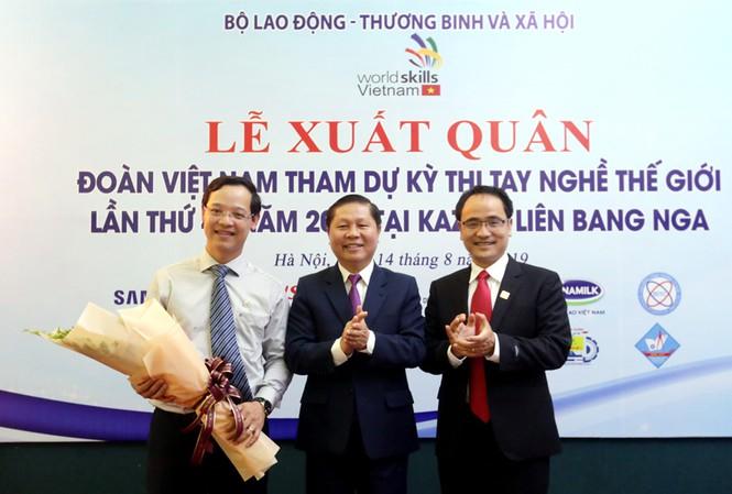 Thứ trưởng LĐ-TB&XH Lê Tấn Dũng tặng hoa cho ông Trương Anh Dũng, Phó Tổng cục trưởng Tổng cục Giáo dục nghề nghiệp - Đại biểu chính thức của đoàn Việt Nam tham dự Kỳ thi tay nghề thế giới lần thứ 45 tại Nga.
