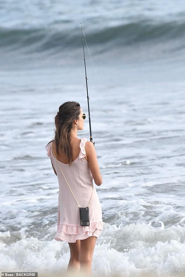 Alessandra Ambrosio diện đầm hồng mỏng manh 'hờ hững' vòng một không nội y - ảnh 2
