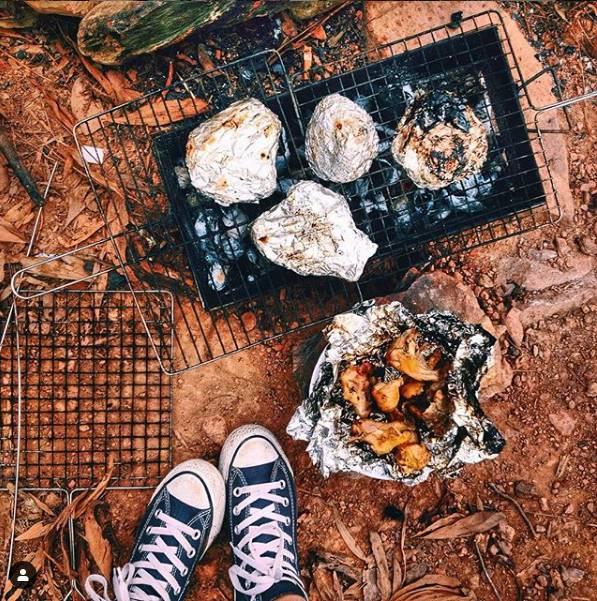 Đến núi Hàm Lợn bạn có thể tổ chức cắm trại và làm tiệc nướng BBQ ngoài trời (Ảnh: @peashalala)