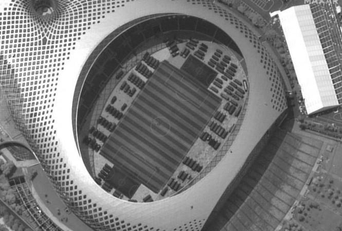 Ảnh vệ tinh hôm 12/8 cho thấy hàng trăm phương tiện giống xe bọc thép tập trung tại một sân vận động ở Thâm Quyến. Ảnh: Maxar's WorldView