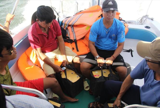 Thùng đựng trứng rùađược giữ cố định tuyệt đối, dù ca nô chạy giữa biển sóng to ảnh: Thanh Trần