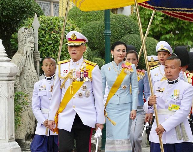 Hoàng hậu Thái Lan xuất hiện rạng rỡ bên cạnh Quốc vương vào ngày quốc lễ, được mẹ chồng nắm tay tình cảm trong khi vợ lẽ mất hút khó hiểu - Ảnh 4.