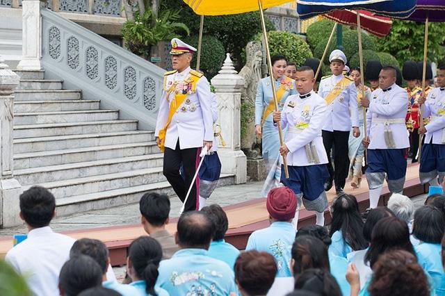 Hoàng hậu Thái Lan xuất hiện rạng rỡ bên cạnh Quốc vương vào ngày quốc lễ, được mẹ chồng nắm tay tình cảm trong khi vợ lẽ mất hút khó hiểu - Ảnh 2.