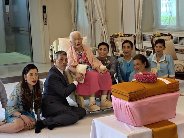 Hoàng hậu Thái Lan xuất hiện rạng rỡ bên cạnh Quốc vương vào ngày quốc lễ, được mẹ chồng nắm tay tình cảm trong khi vợ lẽ mất hút khó hiểu - Ảnh 6.