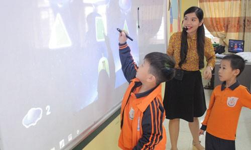 Học tiếng Anh qua môn Toán và Khoa học sử dụng bài giảng số trên thiết bị tương tác ngay tại lớp.