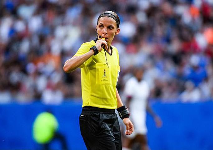Tổ trọng tài nữ bắt Siêu cúp châu Âu, UEFA nhận gạch đá - Ảnh 1.