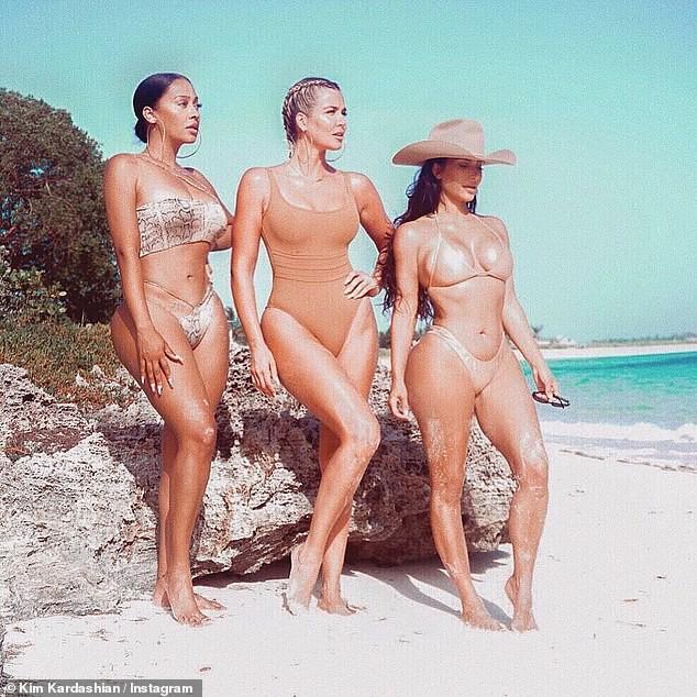 'Kim siêu vòng 3' và hội chị em 'thiêu đốt' ánh nhìn với bikini màu nude - ảnh 1