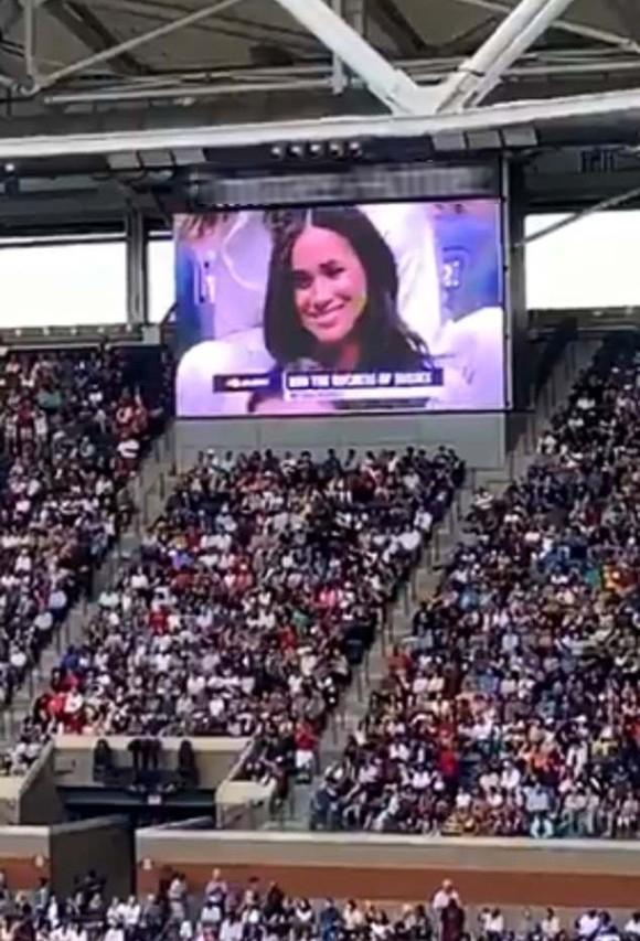 Meghan xuất hiện trên màn hình sân vận động - Ảnh 2.