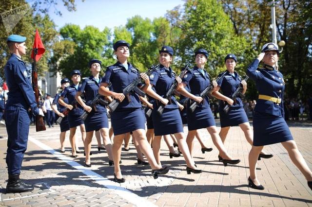 Vẻ đẹp của nữ sinh trường không quân Nga hút hồn trong ngày khai giảng - Ảnh 4.