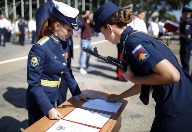 Vẻ đẹp của nữ sinh trường không quân Nga hút hồn trong ngày khai giảng - Ảnh 8.