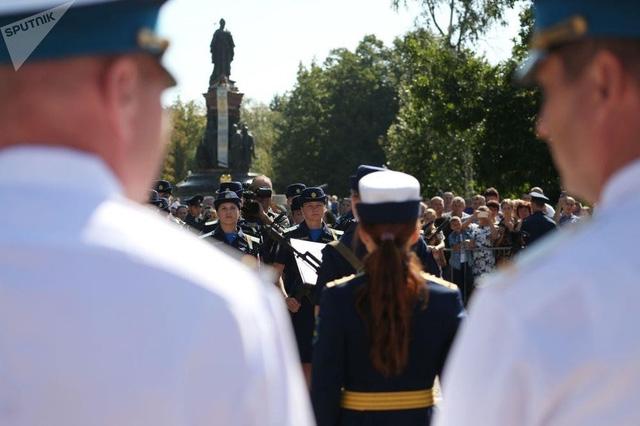 Vẻ đẹp của nữ sinh trường không quân Nga hút hồn trong ngày khai giảng - Ảnh 2.