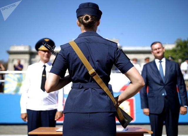 Vẻ đẹp của nữ sinh trường không quân Nga hút hồn trong ngày khai giảng - Ảnh 10.